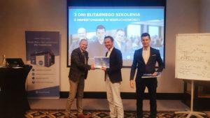 Rozdanie certyfikatów podczas IV szkolenia z inwestowania w nieruchomości 2